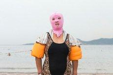 Plażowiczki w maskach jak z horroru? Spokojnie, to tylko facekini.