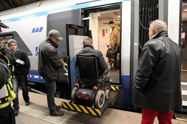 Pendolino odjeżdża z Wrocławia do Warszawy. W trzecim wagonie niepełnosprawni korzystają z windy, która pomaga im wsiąść do pociągu