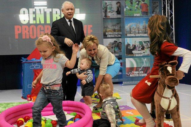 """Sztandarowa obietnica PiS """"500 złotych na drugie dziecko"""" nadal nie ma finansowania - haracz z banków i sklepów to za mało. Jest prostsze rozwiązanie."""
