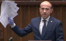Borys Budka przyniósł do Sejmu projekty ustaw przygotowanych przez PO na czas pandemii koronwirusa.