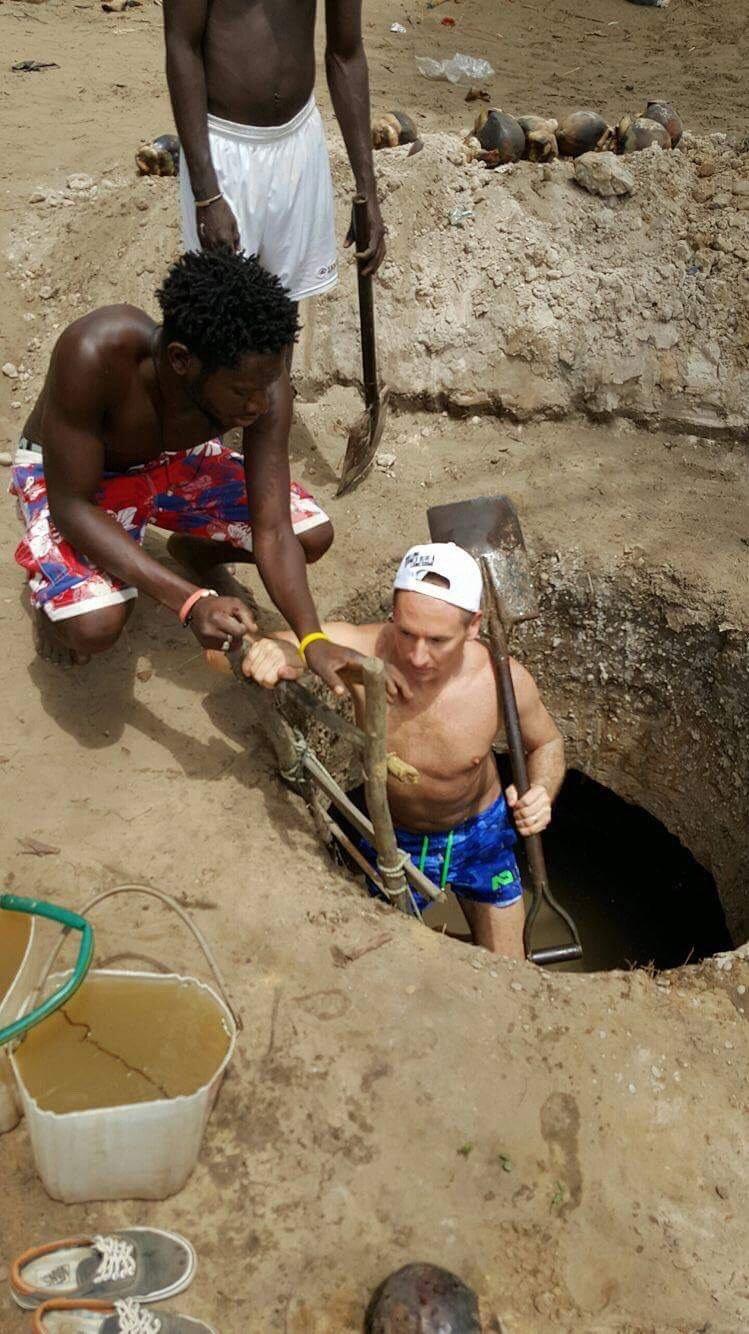 Norbert Dąbek podczas kopania studni / Gambia 2017