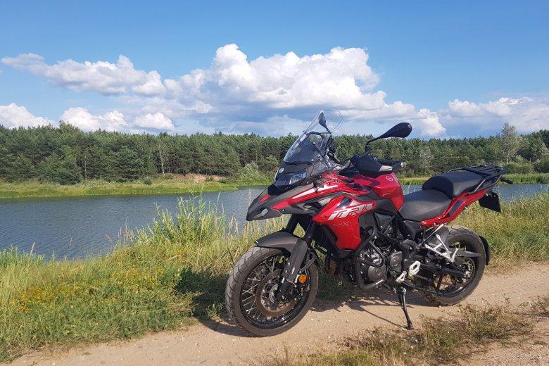 TRK502X to motocykl uniwersalny, który nie boi się zjechania z asfaltu.
