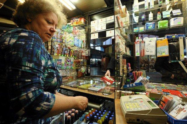 Aldona Kierska, sprzedawczyni z  kiosku na Dworcu Zachodnim w Warszawie otrzymała kilkuset-złotowy mandat za nieprawidłowe wręczenie klientowi paragonu