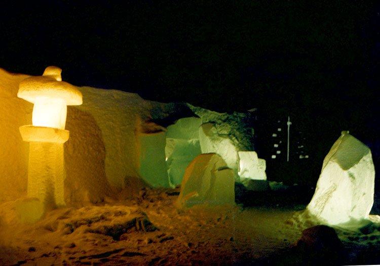 Hotel lodowy zimową nocą