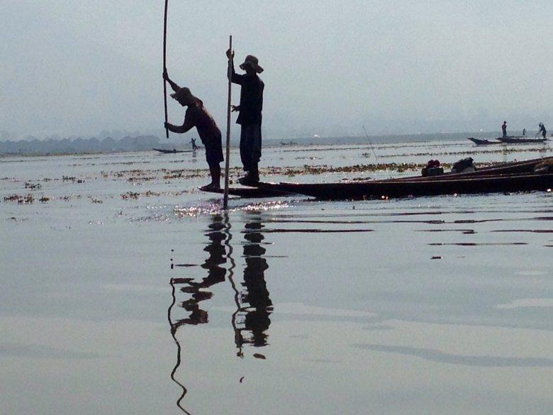 Rybacy o poranku na jeziorze Inle/ Birma