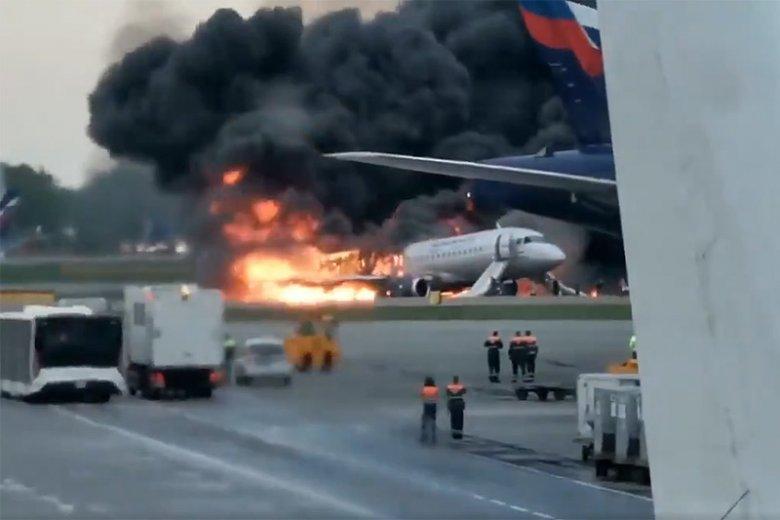 Doświadczony polski pilot krytykuje przebieg akcji ratowniczej po pożarze samolotu Suchoj Superjet 100 na lotnisku Moskwa-Szeremietiewo.
