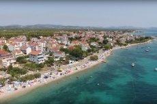 Polacy zniszczyli mur w Srimie na południu Chorwacji.