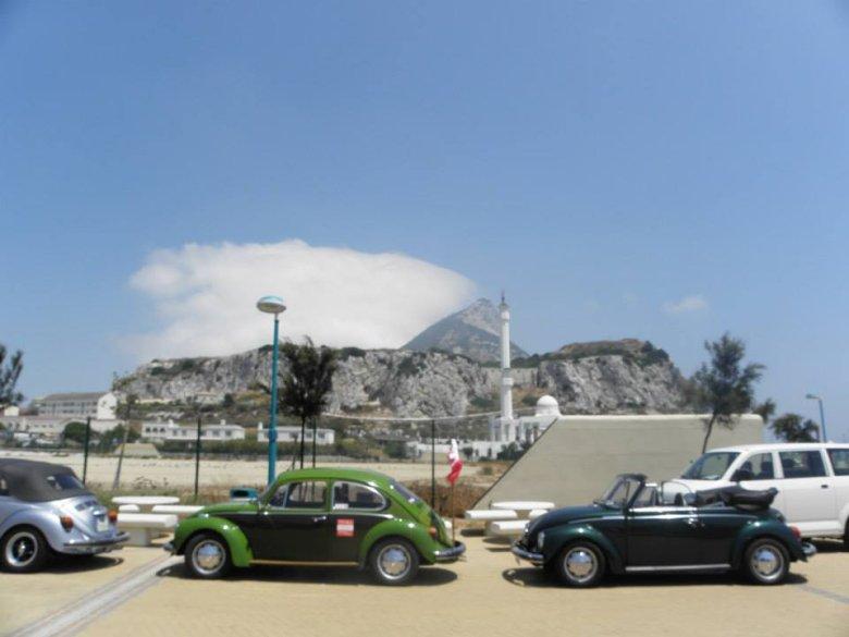 Ludzie, którzy przejechali całą Europę kawalkadą garbusów, zrobili na mnie największe wrażenie :) Zwracam też uwagę na chmurę w tle, charakterystycznie przyczepioną do skały gibraltarskiej