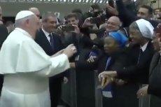 Papież chciał pocałować zakonnicę w policzek.