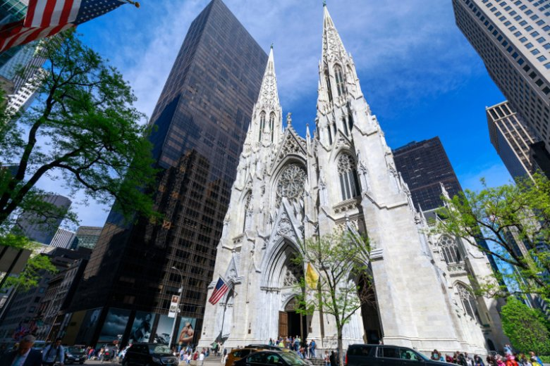 Mężczyzna z dwoma kanistrami benzyny wszedł do katedry św. Patryka w Nowym Jorku.