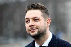 W czerwcu Uniwersytet Opolski odmówił Patrykowi Jakiemu możliwości doktoryzowania się. W listopadzie były członek rządu PiS obronił pracę na uczelni założonej przez ministra Antoniego Macierewicza.