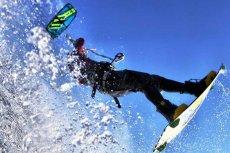 Kitesurfing czyli raz na wodzie, raz nad wodą. Latawiec potrafi pociągnąć nawet 15 metrów do góry.