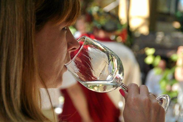 Żadne pokolenie nie piło tyle alkoholu, co Millenialsi. Ale jest zmiana: to nie piwo i nie wódka, a najczęściej wino