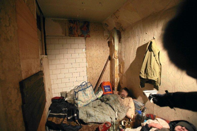 Zwłoki 60-letniego Józefa znaleziono w jednym z mieszkań w Tczewie. Sąsiedzi mężczyzny są przekonani, że zamarzł. O tym, że Józef mieszka w złych warunkach i bez ogrzewania, ci informowali i straż, i policję. Zdjęcie poglądowe.