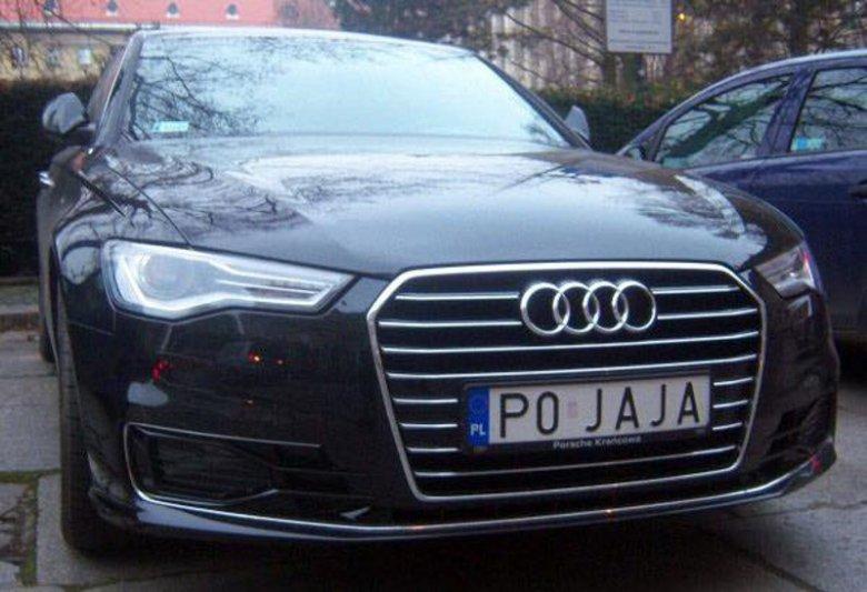 Właściciel tego samochodu na pewno często odwiedza kurzą fermę.