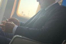 Na zdjęciu widać Stanisława Piotrowicza podróżującego już nie rządowym, lecz zwykłym rejsowym samolotem.