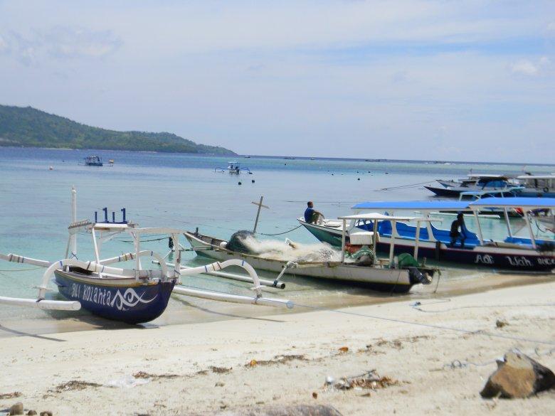 Pierwsza od lewej łódź służy do wędkowania, druga do łowienia za pomocą sieci (trzecia do transportu turystów).