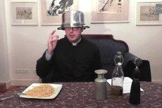 """Ks. Jan Kaczkowski wyzwał pastafarian na """"intelektualny pojedynek""""."""