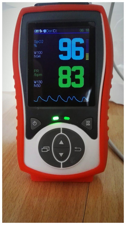 Pulsoksymetr. Mierzy puls oraz saturację.