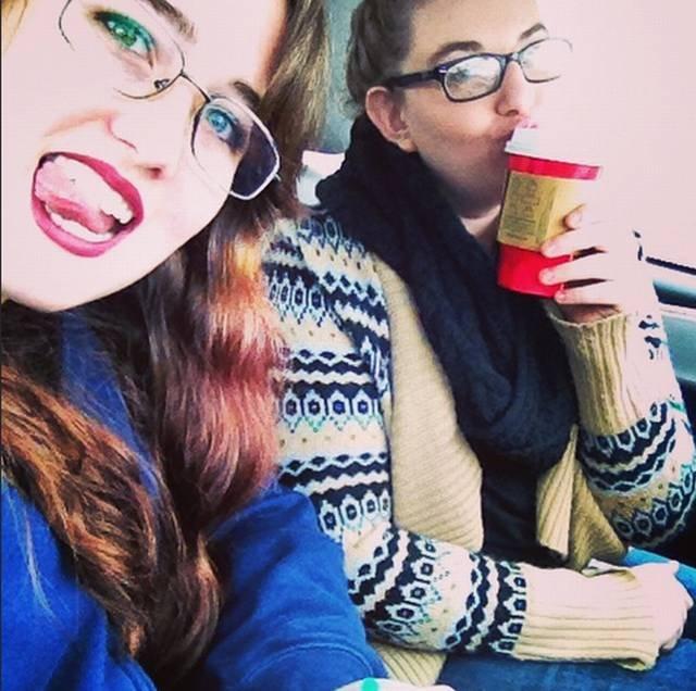 Dziewczyny i ich selfie. Zdjęcie oznaczone hasztagiem #basicgirls