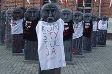 Warmińsko-Mazurski KOD ubrał baby pruskie na Starym Mieście w Olsztynie w koszulki z hasłem 'Konstytucja Jędrek'.
