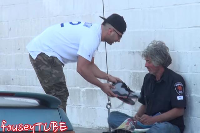 Bezdomni na YouTube pomagają wiralowości filmu.
