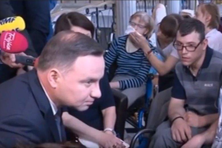 Andrzej Duda odwiedził rodziców dzieci niepełnosprawnych, którzy znów protestują w Sejmie. Wydawałoby się, że wszyscy chcą jakoś załagodzić tę sytuację. Jak widać po mediach społecznościowych, nie do końca tak jest.