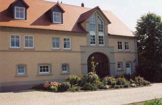 Wiejska rezydencja -dwurodzinny dom mieszkalny w Konken (Nadrenia Palatynat) powstały z adaptacji budynku gospodarczego wyłączonego z produkcji rolnej. W strukturze obiektu czytelny wjazd dla wozów.