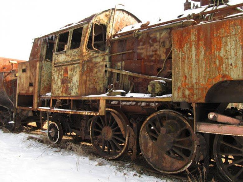 Jedna z lokomotyw rdzewiejących na terenie muzeum kolejnictwa w Jaworzynie Śląskiej