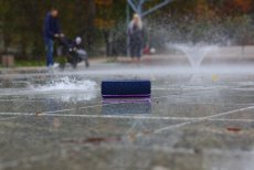 Głośnikowi SRS-XB32 nie straszna jest woda. A to tylko jedna z wielu zalet