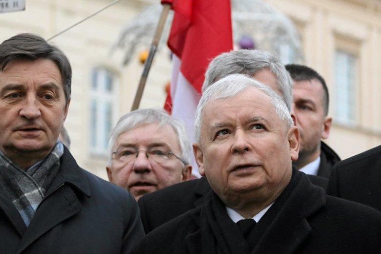 - Będzie prawda, nie będzie kłamstwa smoleńskiego - zapewniał znów Jarosław Kaczyński na 75-tej miesięcznicy. Na zdjęciu z pierwszej w tym roku. Odchody miesięcznic przerodziły się w święto państwowe.