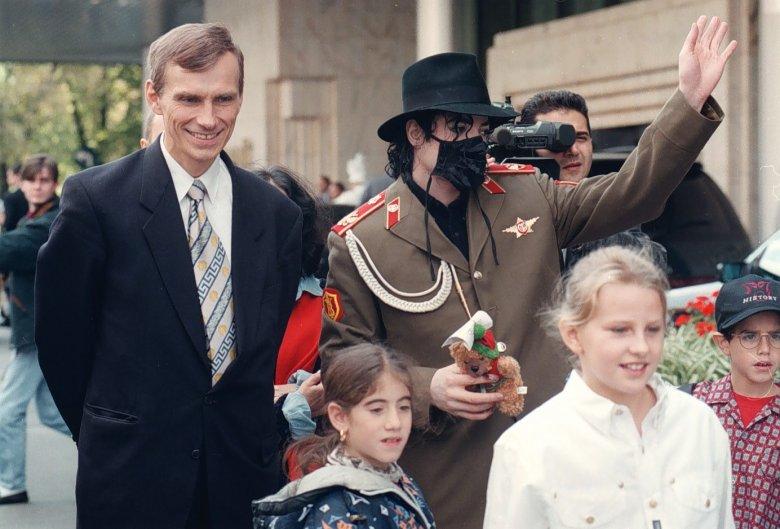 Michael Jackson z ówczesnym prezydentem Warszawy Marcinem Święcickim.