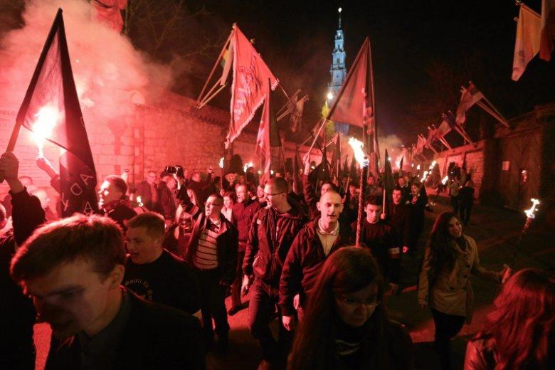 Duchowni na Jasnej Górze od lat z otwartymi ramionami witają nacjonalistów. Nie zgodzili się na odprawienie mszy za Polskę wolną od faszyzmu.