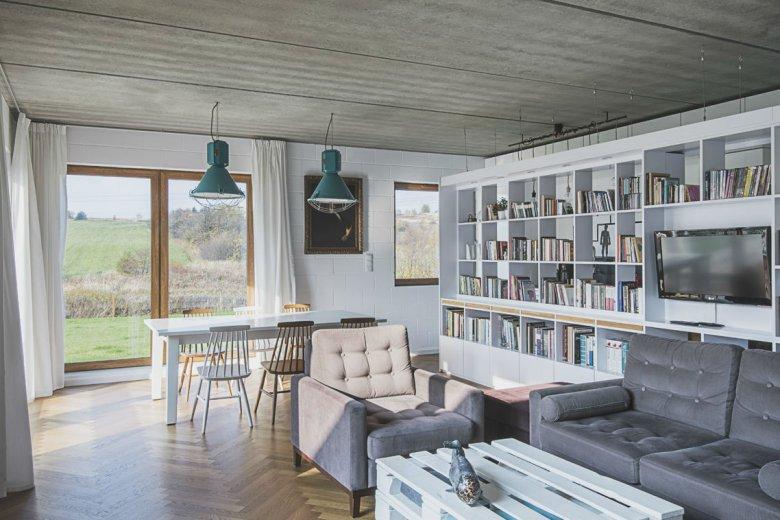 Wnętrze ciepłe, pomimo mnóstwa gołego betonu