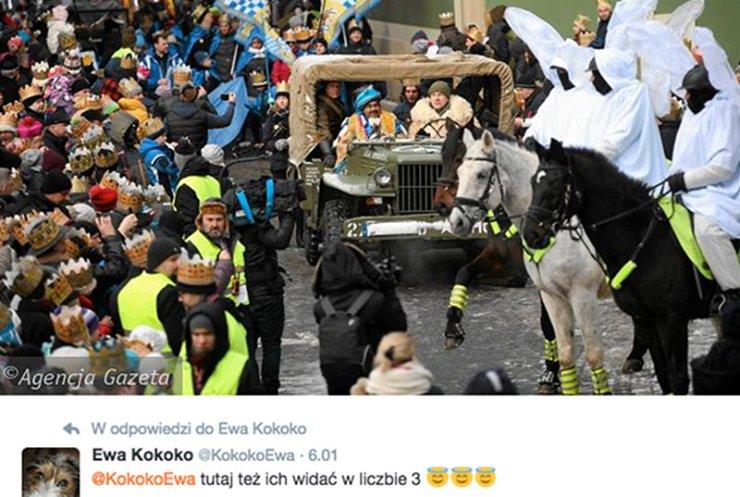Trzej Królowie w samochodzie a na koniach policjanci.
