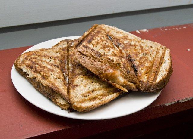 Przyjemne z pożytecznym - najpierw tosty, potem czyszczenie. Fot. [url=https://commons.wikimedia.org/wiki/User:Pengo]Pengo[/url][url=http://creativecommons.org/licenses/by-sa/3.0]CC-BY-SA[/url]