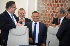 """Prezes NIK Marian Banaś (w środku) będzie bohaterem najbliższego wydania """"Superwizjera"""" TVN."""