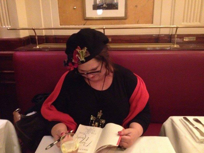 W oparach literackiego szczęścia. W Deux Magots, przy stoliku Beauvoir i Sartre'a, podpisuję moją książkę dla Przyjaciela ze studiów na warszawskiej Historii Sztuki.