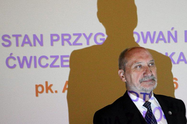 Szef MON Antoni Macierewicz staje się powoli cieniem swojej politycznej potęgi