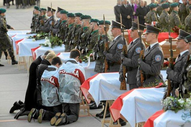 Trumny z ciałami ofiar katastrofy smoleńskiej na lotnisku Okęcie
