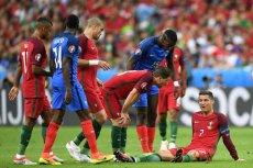 Cristiano Ronaldo po kontuzji musiałzejść z boiska.