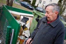 Pan Janek codziennie o 7 wyrusza na obchód warszawskich śmietników. To jego drugie źródło utrzymania.