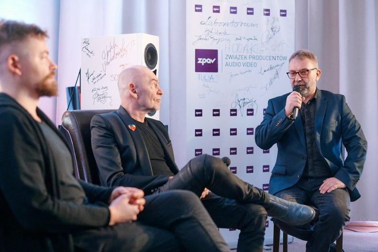 Od lewej: Michał Bryndal, Wojciech Waglewski oraz prowadzący spotkanie Piotr Metz