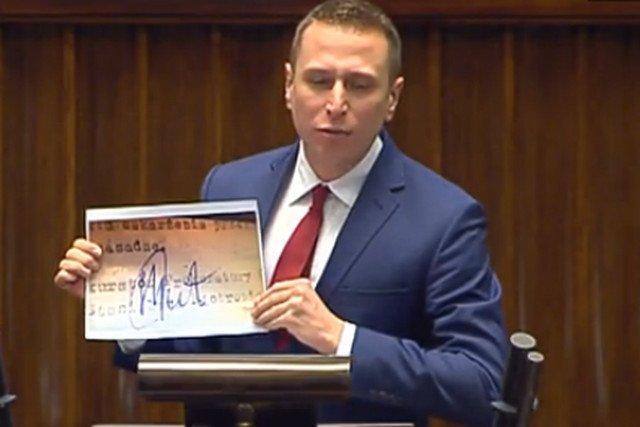 Krzysztof Brejza pokazuje dowód na kłamstwo Stanisława Piotrowicza.