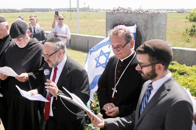 """Gdy wszystkie kamery były zwrócone na """"modlitwę"""" podczas 87. miesięcznicy smoleńskiej, w Jedwabnem stało się coś bardzo ważnego dla polskiego Kościoła."""