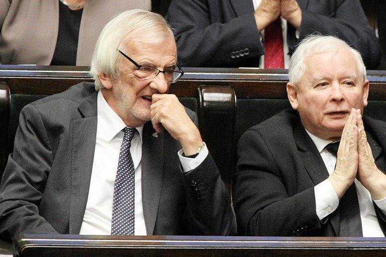Ryszard Terlecki pokazał projekt ustawy obniżającej pensje parlamentarzystów. Następni w kolejce be∂ą samorządowcy.