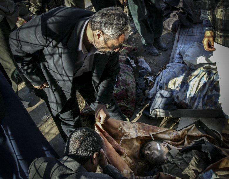 Irakijczyk opłakuje ofiarę zamachu bombowego.