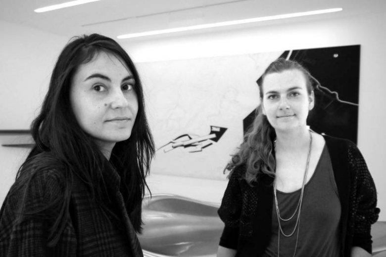 Monika Bilska i Małgorzata Kowalczyk w galerii Biura ZHA. W tle rzeźba i obraz zaprojektowanę przez pracownię