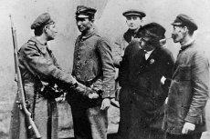 Rozbrajanie żołnierza niemieckiego, 10 listopada 1918 roku.