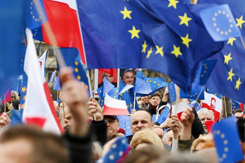 Z najnowszych danych Eurobarometru wynika, że Polacy nie dali się przekonać eurosceptykom.